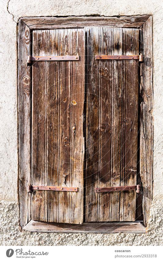 Altes rostiges Holzfenster in den Pyrenäen Ferien & Urlaub & Reisen Haus Dorf Kleinstadt Menschenleer Ruine Tor Gebäude Architektur Mauer Wand Fassade Fenster