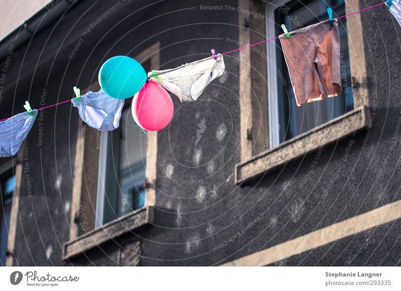 Auf der Leine. Sommer Farbe Freude Haus Leben Glück Feste & Feiern Häusliches Leben Fröhlichkeit Bekleidung Luftballon Sauberkeit Lebensfreude rein Gelassenheit