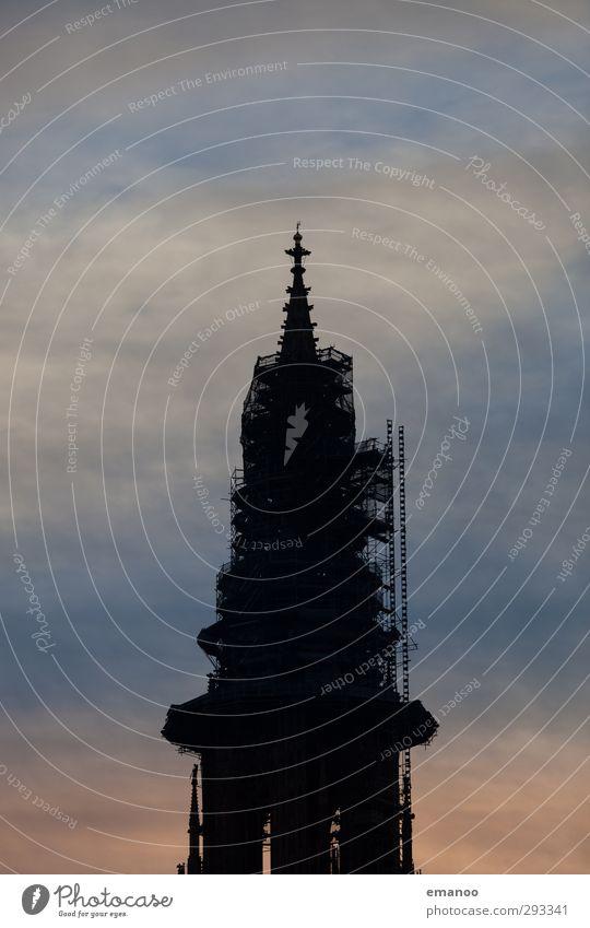 Dauerbaustelle Himmel blau alt Stadt Wolken schwarz dunkel Architektur Religion & Glaube Gebäude Fassade hoch Kirche Dach Turm Baustelle