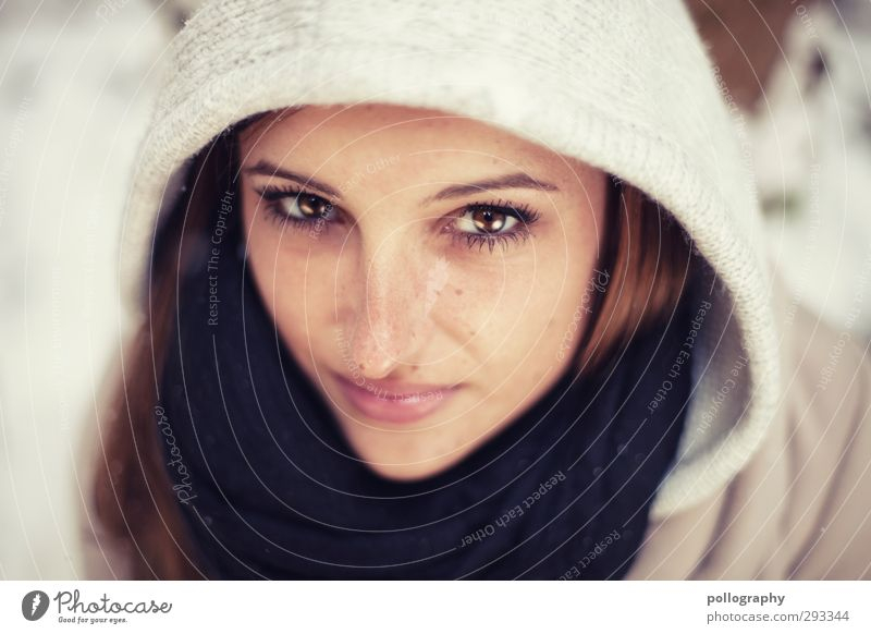 funkelnd (1) Mensch feminin Junge Frau Jugendliche Erwachsene Leben Kopf 18-30 Jahre Winter Schnee Schal Kapuze Gefühle Stimmung Zufriedenheit selbstbewußt