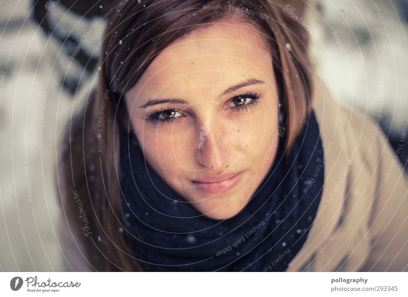 funkelnd (2) Mensch feminin Junge Frau Jugendliche Erwachsene Leben Kopf 1 18-30 Jahre Winter Schnee Schneefall Baum Wald Jacke Haare & Frisuren brünett