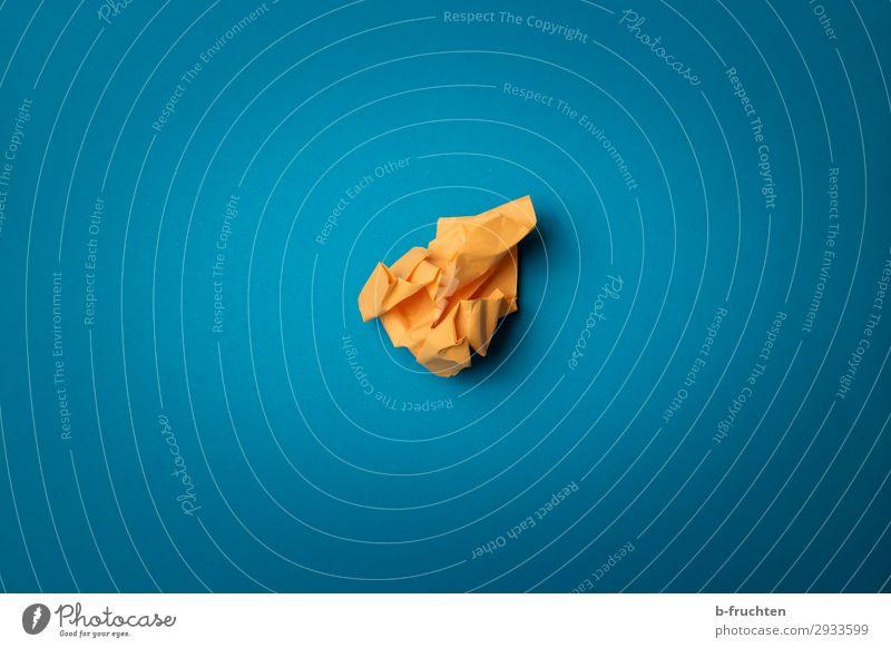 Papierknäuel Bildung lernen Büro Wirtschaft Werbebranche Business Karriere Erfolg Zettel wählen gebrauchen frech frei blau gelb Idee einzigartig innovativ
