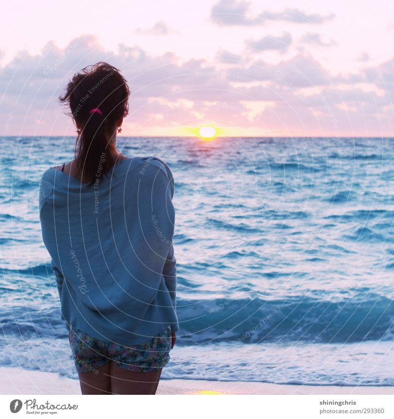 ferne Ferien & Urlaub & Reisen Ferne Sommer Strand Meer Wellen feminin Junge Frau Jugendliche 1 Mensch 18-30 Jahre Erwachsene Himmel Wolken Sonnenaufgang