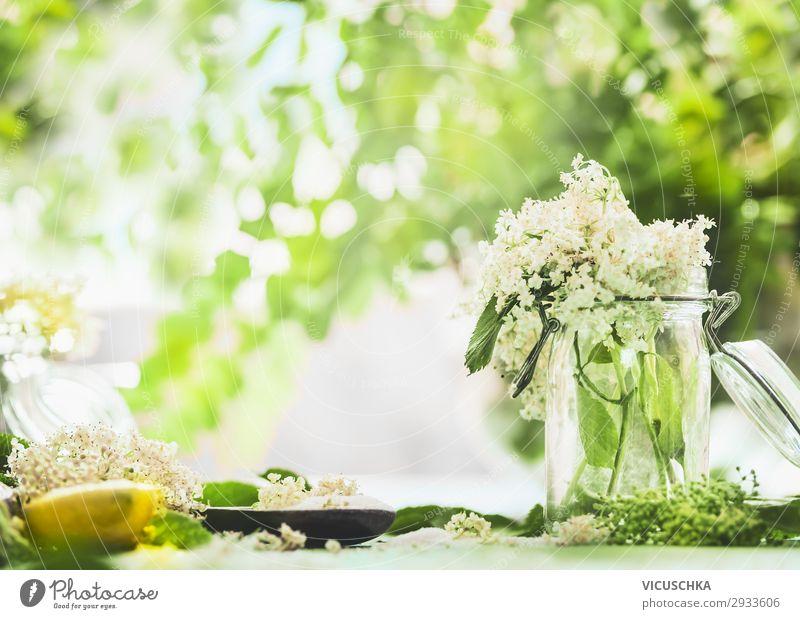 Holunderblüten im Glas auf Küchentisch mit Zitrone und Zucker. Natur Gesunde Ernährung Sommer Gesundheit Lebensmittel Hintergrundbild gelb Stil Garten Design