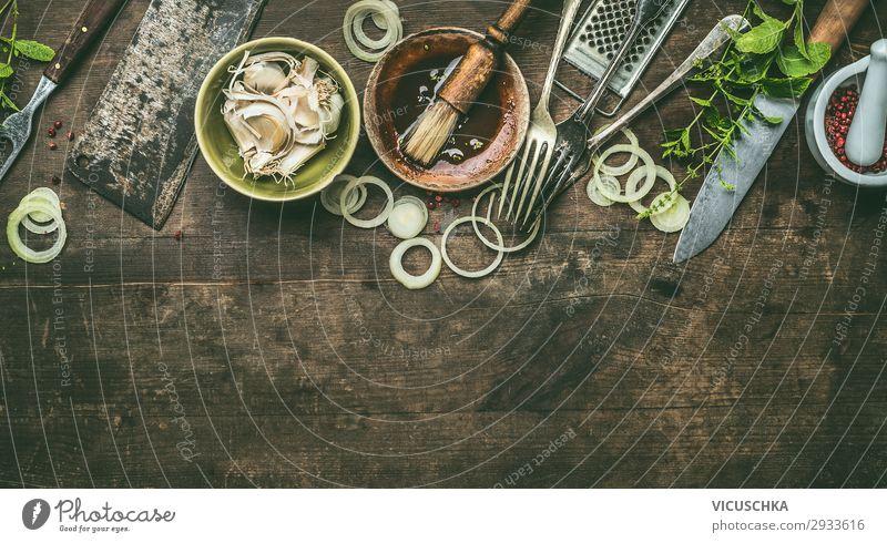Küchenutensilien auf rustikalem Holzgrund mit frischer Würze, BBQ einfache Marinade, Draufsicht. Platz zum Kopieren. Utensilien hölzern Hintergrund Gewürz