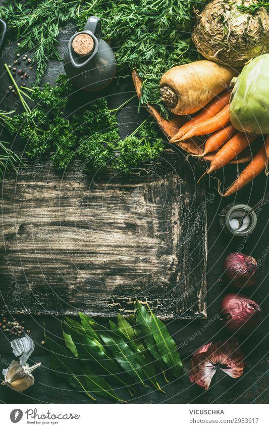 Wurzelgemüse.  Zutaten auf dunklem Küchentischhintergrund mit Kräutern und Gewürzen, Draufsicht. Vegetarisches Kochen Gemüse dunkel Tisch Hintergrund