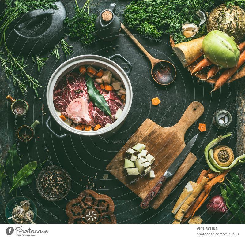 Rinderbrühe oder Suppe zubereiten Lebensmittel Fleisch Gemüse Eintopf Kräuter & Gewürze Ernährung Bioprodukte Vegetarische Ernährung Diät Slowfood Geschirr Topf