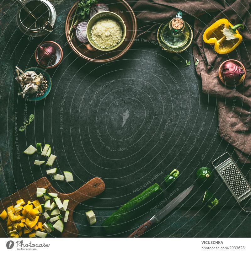 Essen und Kochen Hintergrund mit Gemüse Lebensmittel Salat Salatbeilage Kräuter & Gewürze Öl Ernährung Mittagessen Bioprodukte Vegetarische Ernährung Diät