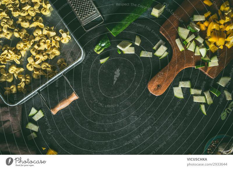 Vegetarische Tortellini mit Gemüse Lebensmittel Teigwaren Backwaren Ernährung Bioprodukte Vegetarische Ernährung Diät Italienische Küche Geschirr Stil Design