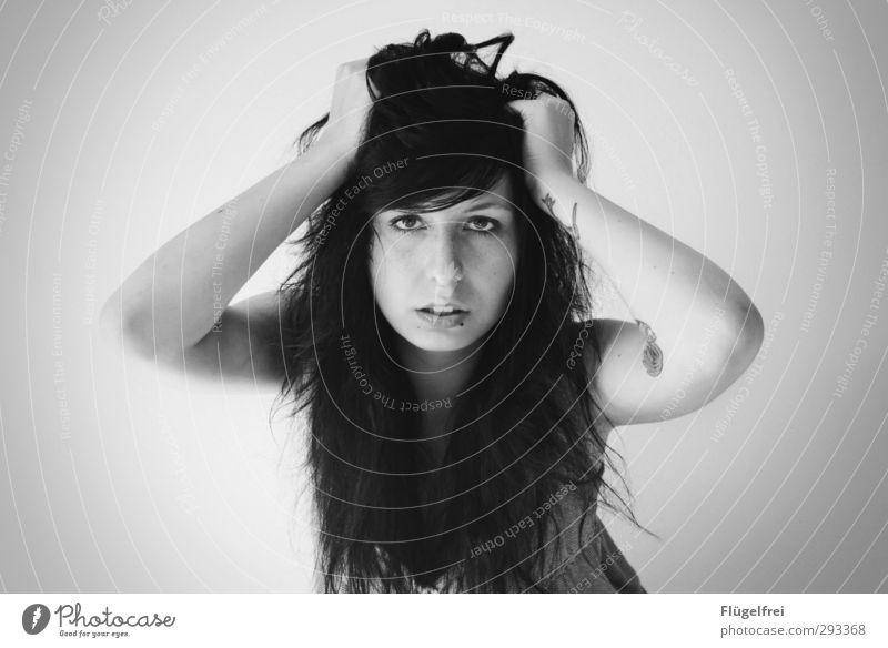 Zum Haare raufen feminin Junge Frau Jugendliche 1 Mensch 18-30 Jahre Erwachsene festhalten schwarzhaarig Arme Porträt Blick ernst Frustration Symmetrie