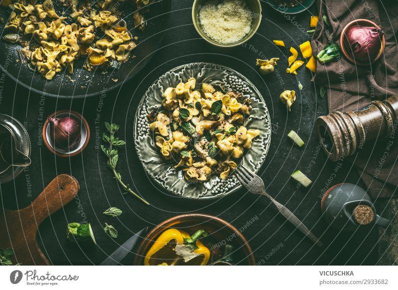 Platte mit vegetarischen Tortellini Nudeln Lebensmittel Ernährung Mittagessen Bioprodukte Vegetarische Ernährung Geschirr Teller Gabel Stil Design
