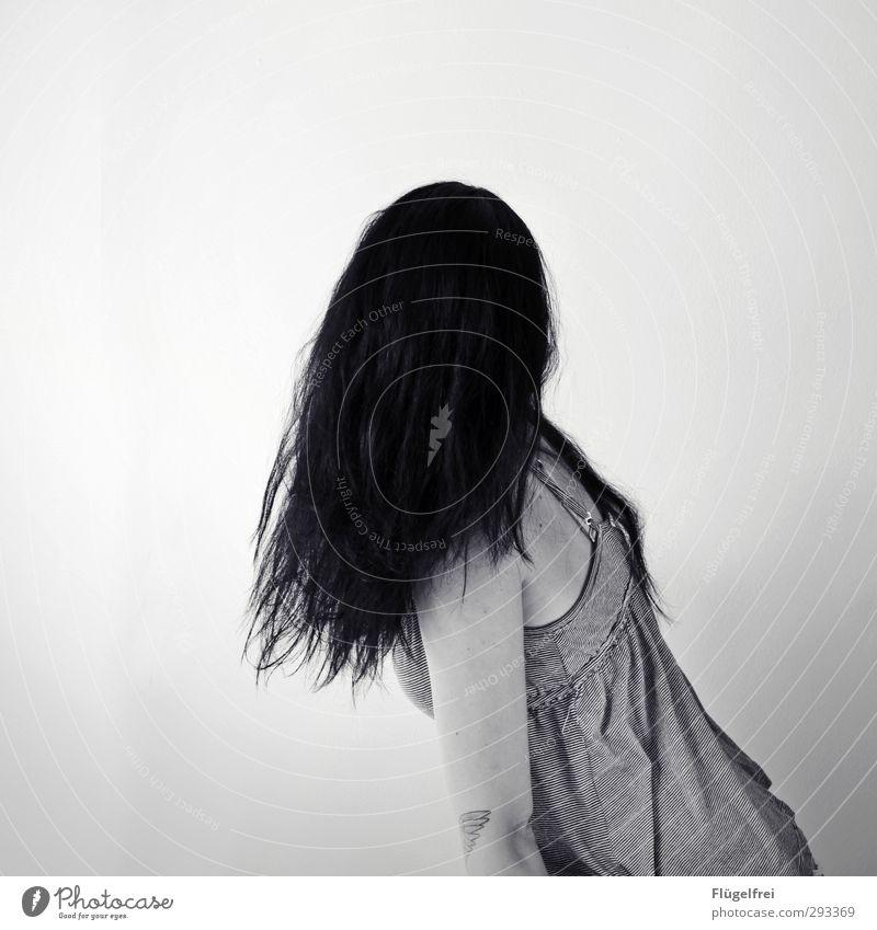 Undurchschaubar feminin Junge Frau Jugendliche 1 Mensch 18-30 Jahre Erwachsene warten Haare & Frisuren Illusion verdreht gruselig gebeugt Horrorfilm