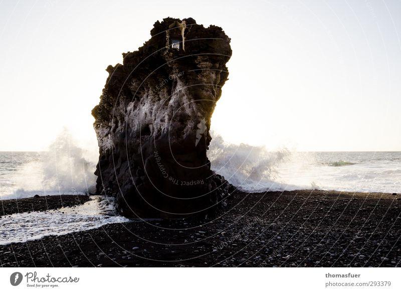 Fels in der Brandung Ferien & Urlaub & Reisen Wasser weiß Sommer Sonne Meer Strand Ferne Senior Küste Stein braun Luft Horizont Felsen außergewöhnlich