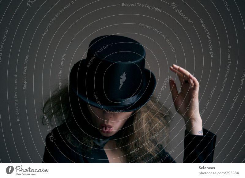 verrückter Hutmacher Mensch Frau Hand Erwachsene dunkel feminin Haare & Frisuren Mund Nase Bekleidung Finger Lippen Hut Karneval Anzug Zunge