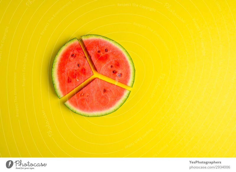 Geschnittene Melone auf dem gelben Tisch. Flachlagebild Frucht Dessert Ernährung Essen Vegetarische Ernährung Diät Gesunde Ernährung Sommer frisch lecker saftig