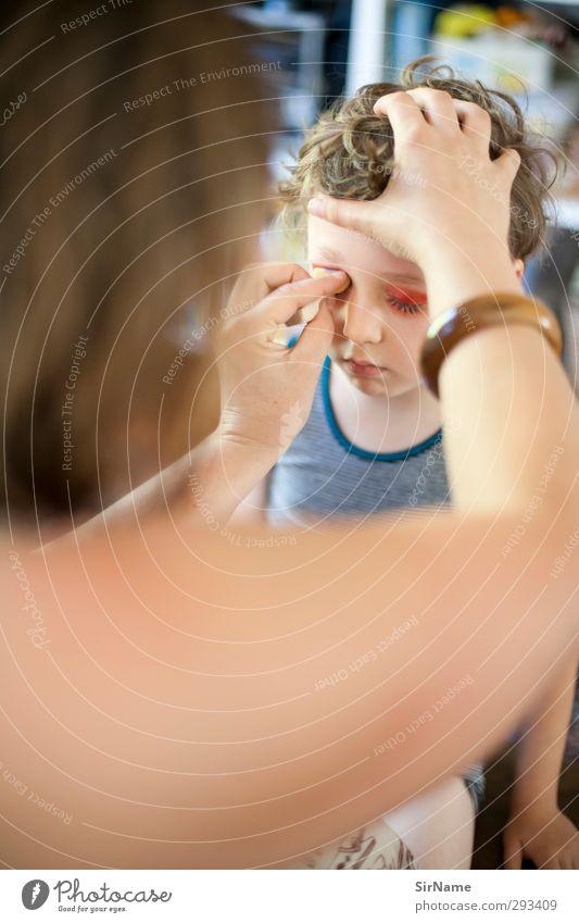 214 [Monster-Schminke] Mensch Kind schön Erwachsene Wärme Spielen Junge Familie & Verwandtschaft natürlich Zusammensein Kindheit Kommunizieren niedlich Hilfsbereitschaft einfach Mutter