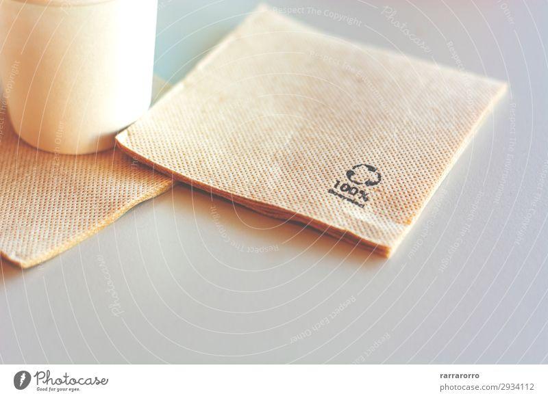 Einwegserviette aus Recyclingpapier. Mittagessen Kaffee Tasse kaufen Design Dekoration & Verzierung Tisch Restaurant Business Umwelt Papier natürlich Sauberkeit