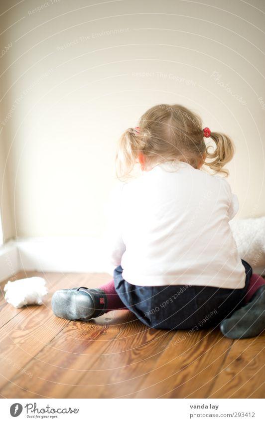 Kinderzimmer Spielen Mensch Kleinkind Mädchen Kindheit Rücken 1 1-3 Jahre blond Locken Zopf Wut weiß Traurigkeit Konflikt & Streit Konzentration Farbfoto