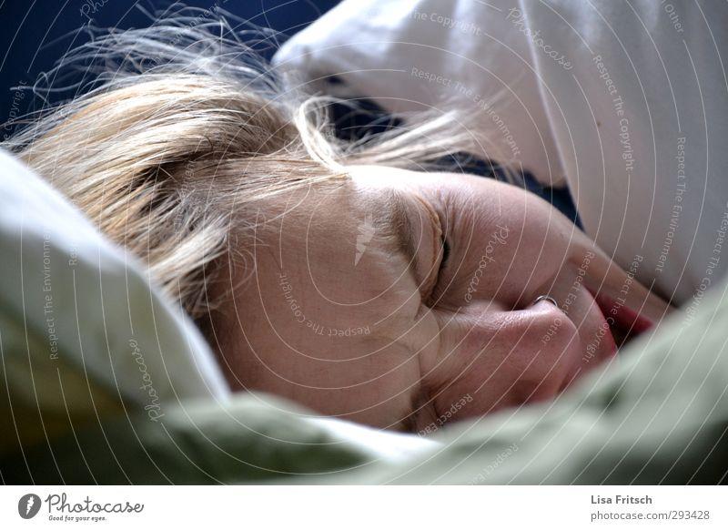 guten moooooooooorgen... Bett feminin Junge Frau Jugendliche Kopf 1 Mensch 18-30 Jahre Erwachsene schlafen Häusliches Leben nah Müdigkeit Erholung Gesundheit