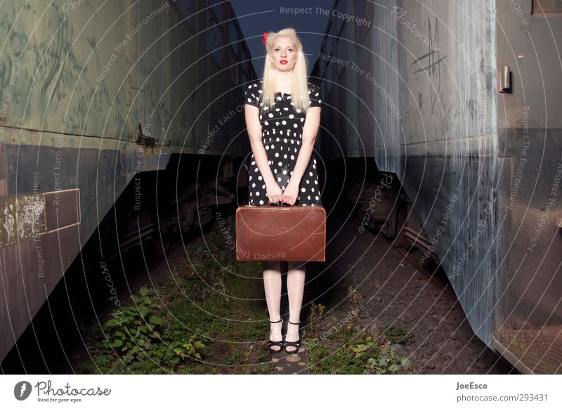 #245421 Mensch Frau Ferien & Urlaub & Reisen schön Erwachsene Ferne Freiheit Stil natürlich blond warten stehen Tourismus Ausflug Abenteuer Eisenbahn