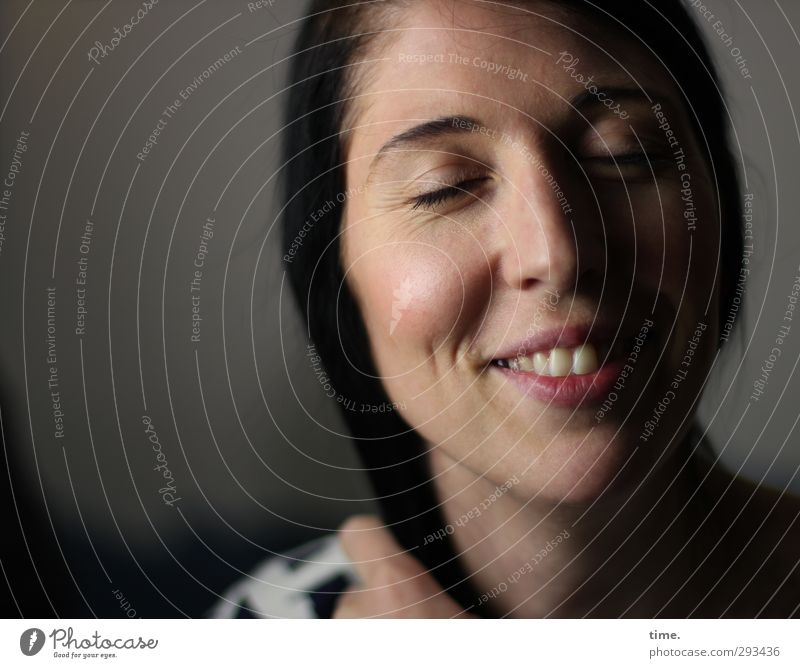 C. Mensch feminin Frau Erwachsene 1 18-30 Jahre Jugendliche schwarzhaarig Lächeln elegant Fröhlichkeit Glück schön Wärme Zufriedenheit Lebensfreude Leidenschaft