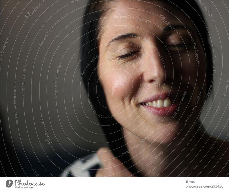 . Mensch Frau Jugendliche schön Erwachsene Wärme feminin Gefühle Glück 18-30 Jahre Zufriedenheit elegant Lächeln Fröhlichkeit Lebensfreude Vertrauen