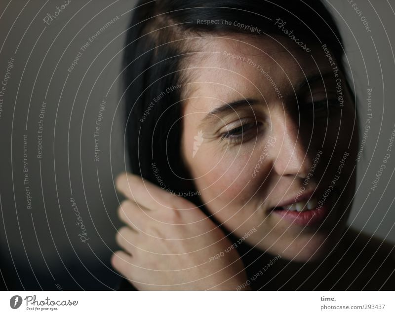 C. Mensch Frau Erwachsene 1 18-30 Jahre Jugendliche Haare & Frisuren schwarzhaarig Denken festhalten Lächeln träumen Freundlichkeit Glück Zufriedenheit