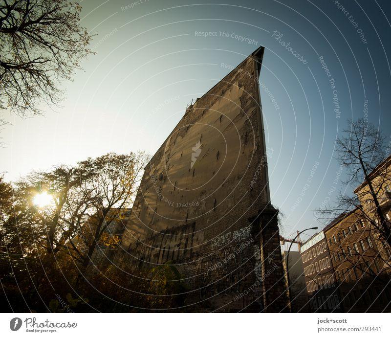scheinbar Eckhaus Stadt alt Baum Umwelt Wärme Herbst Graffiti Fassade leuchten authentisch Perspektive Spitze Vergänglichkeit Warmherzigkeit Neigung Wolkenloser Himmel