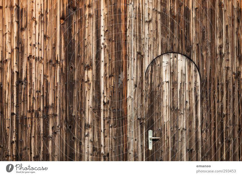 Tortür 2 Baum Haus Hütte Gebäude Mauer Wand Fassade Tür Holz alt braun verwittert Holzbrett Holzwand Holzhaus Türschloss Griff Verlauf Astloch rund Versteck