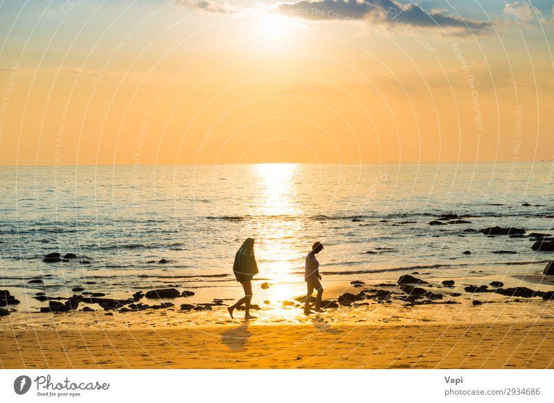 Sonnenuntergangslandschaft mit Strand, Sonne und Steinen am Meeresufer schön Sommer Mensch Frau Erwachsene 2 Natur Landschaft Sand Himmel Wolken Horizont