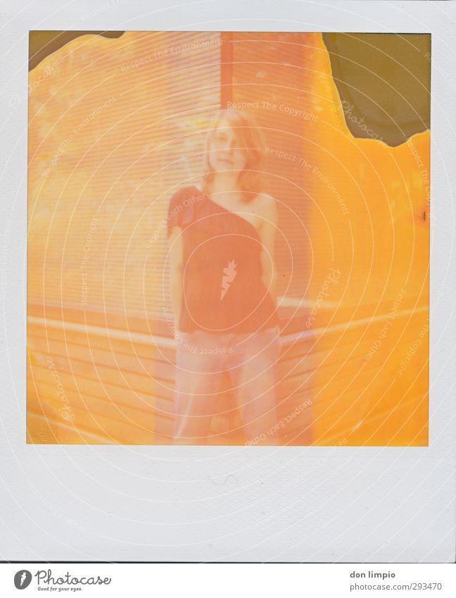 girl on polaroid feminin Junge Frau Jugendliche Körper 1 Mensch Sommer Gebäude Mode stehen blond Coolness eckig schön nah modern retro Wärme orange Gelassenheit