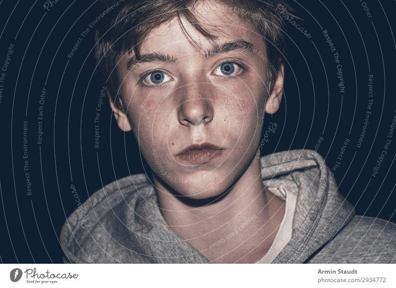 Nachtaufnahme eines Jugendlichen Lifestyle ruhig Mensch maskulin Junge Junger Mann Gesicht 1 13-18 Jahre Kapuzenpullover einfach schön einzigartig Stimmung