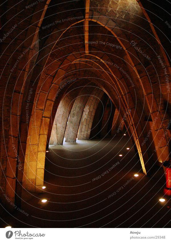 Dachstuhl Jugendstil Casa Milà - La Pedrera Haus Architektur Gaudi Bogen Gang Lichtschein Lichteinfall rund Steinblock Menschenleer dunkel