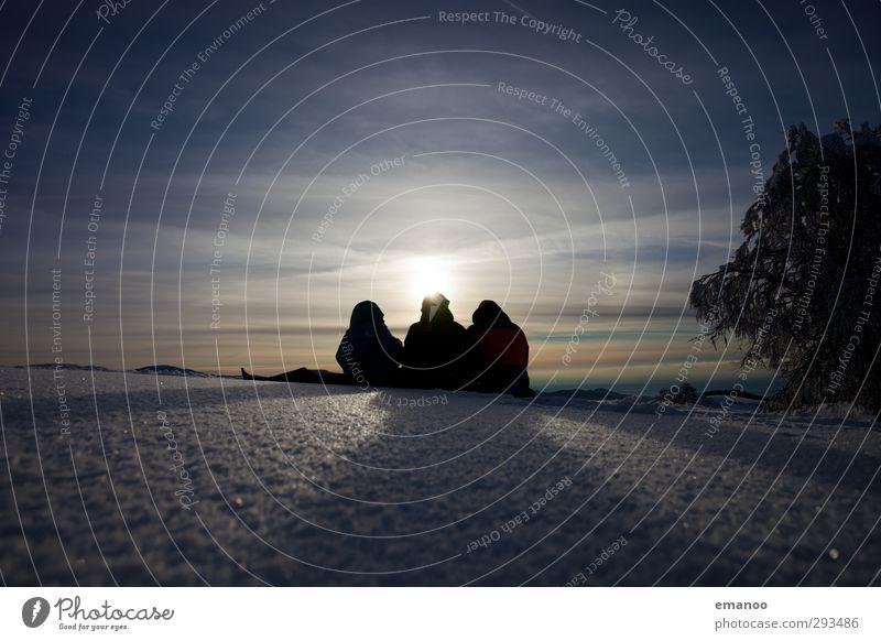 Winterpicknick Mensch Himmel Natur Jugendliche Ferien & Urlaub & Reisen blau Sonne Erholung Landschaft Freude kalt Berge u. Gebirge Schnee Freundschaft Eis