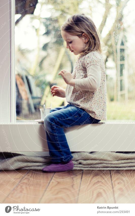 Tea Time Tee Tasse Spielen Wohnzimmer Mensch Kind Kindheit 1 3-8 Jahre blond sitzen hell niedlich Farbfoto Innenaufnahme Textfreiraum unten Ganzkörperaufnahme