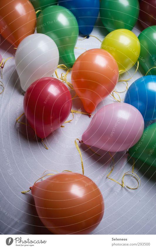 letzte Nacht Nachtleben Party Feste & Feiern Dekoration & Verzierung Luftballon Kitsch Krimskrams liegen mehrfarbig Farbfoto Innenaufnahme Menschenleer