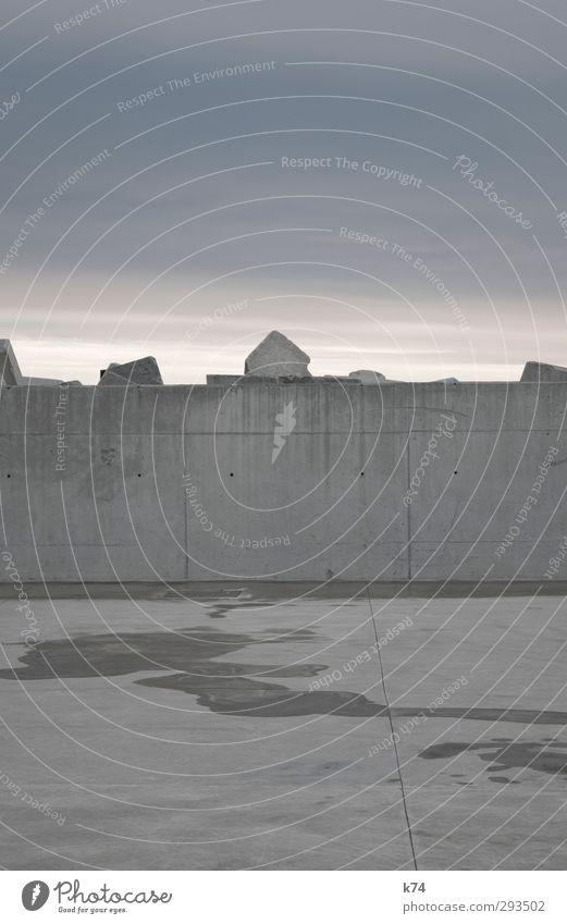 Betonlandschaft Landschaft Himmel Wolken Gewitterwolken schlechtes Wetter Menschenleer Hafen Architektur Mauer Wand bedrohlich dunkel blau grau trist Farbfoto