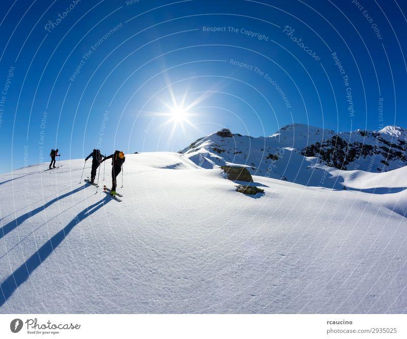 Eine Gruppe von Skifahrern Ferien & Urlaub & Reisen Abenteuer Freiheit Expedition Sonne Winter Schnee Berge u. Gebirge wandern Sport Klettern Bergsteigen Mensch