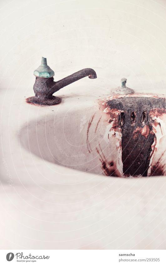 rostiges Waschbecken Bad Handwerker Baustelle alt dreckig Ekel hässlich historisch trashig Senior Vergangenheit Vergänglichkeit lavabo Wasserhahn Rost Metall