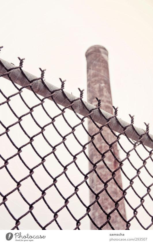 alter Kamin Metall Arbeit & Erwerbstätigkeit hoch geschlossen Industrie Industriefotografie Zaun Fabrik Wirtschaft Schornstein Draht Industrieanlage industriell