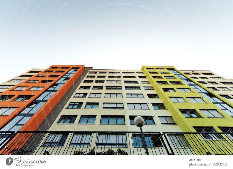 Haushoch Lifestyle Häusliches Leben Wolkenloser Himmel Hochhaus Gebäude Architektur Mehrfamilienhaus Fassade Fenster Laterne einfach grün orange Farbe