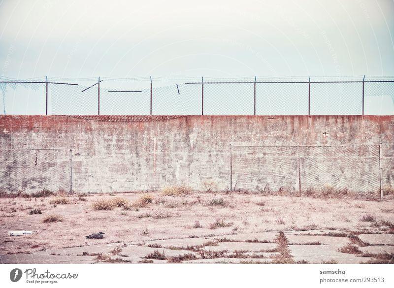 eingesperrt alt Wand Freiheit Mauer Stein geschlossen frei Zaun Barriere Amerika gefangen Justizvollzugsanstalt Hof Krimineller Hoffnungslosigkeit Innenhof