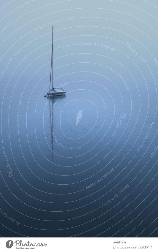 Winter am See Segeln Wasser Nebel Eis Frost ruhig stagnierend Ferne Segelboot gefroren Eisfläche Gewässer trist blau grau Farbfoto Außenaufnahme Menschenleer