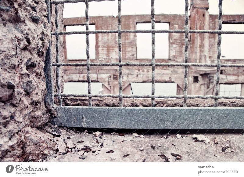 vergittert Baustelle Ruine Mauer Wand Fassade alt historisch kaputt trashig Stadt Demontage Verfall verfallen Zerstörung Justizvollzugsanstalt Steinmauer
