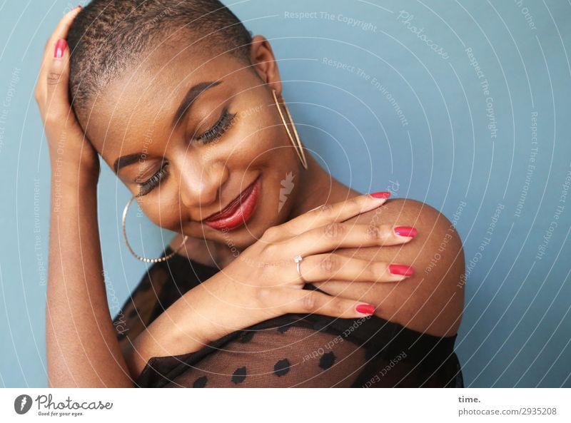 Arabella feminin Frau Erwachsene 1 Mensch Hemd Ohrringe schwarzhaarig kurzhaarig Erholung festhalten Lächeln träumen Freundlichkeit schön Gefühle Stimmung Glück