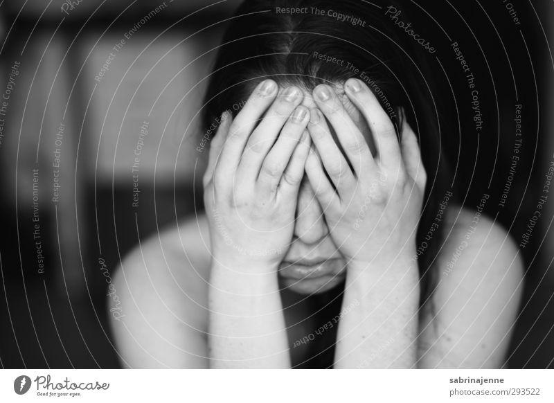 kopf Mensch feminin Junge Frau Jugendliche Erwachsene 1 18-30 Jahre brünett langhaarig Scheitel Gefühle Traurigkeit Sorge Trauer Tod Liebeskummer Müdigkeit