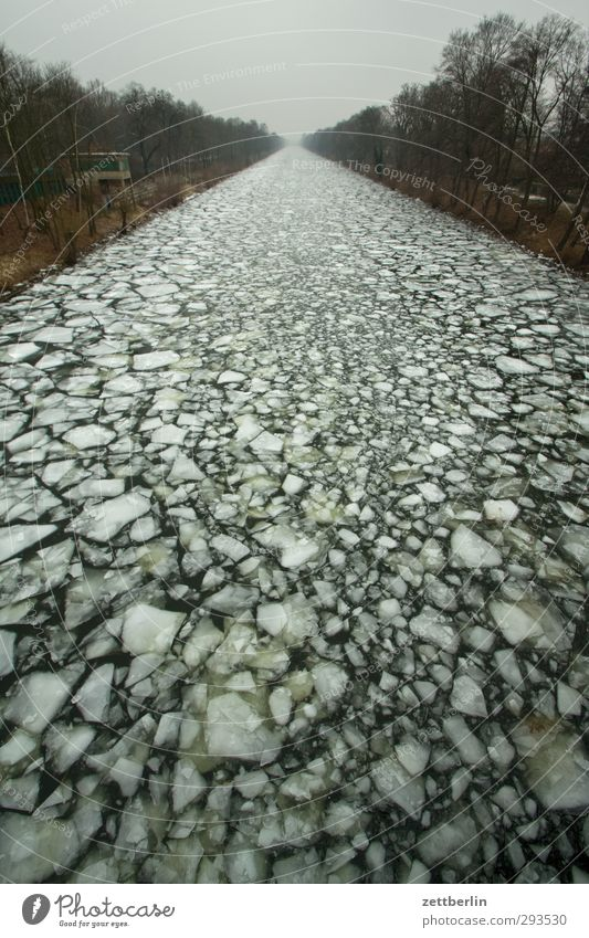Zentralperspektive (leicht schief) Winter Güterverkehr & Logistik Umwelt Natur Landschaft Klima Klimawandel Wetter Eis Frost Küste Flussufer kalt Perspektive