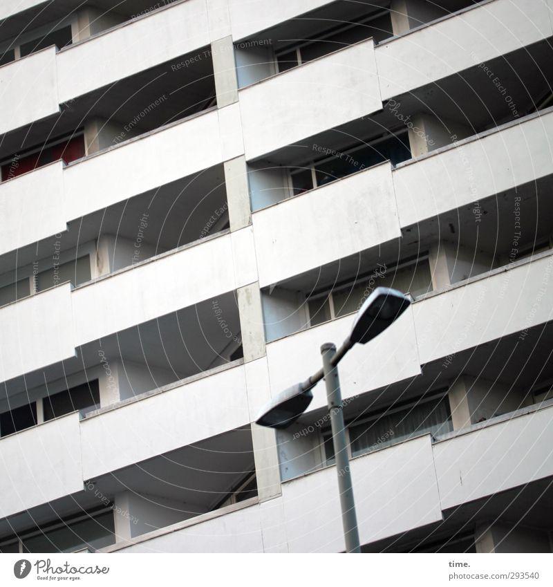 Kleinster gemeinsamer Nenner Einsamkeit Fenster kalt Wand Mauer Metall Fassade Hochhaus Beton trist Macht Zusammenhalt Konzentration Straßenbeleuchtung Balkon