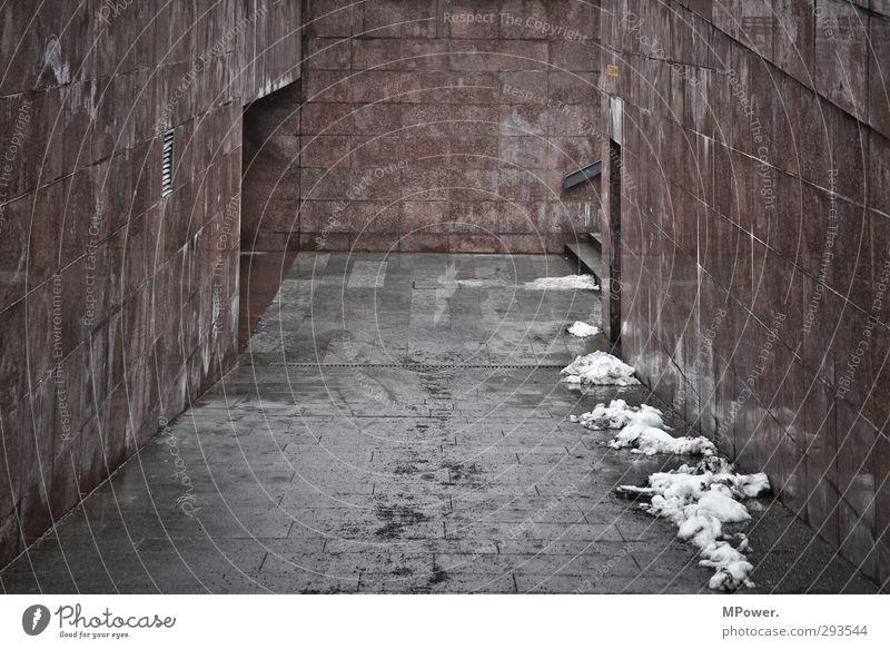 urban underground Stadt Stadtzentrum Tunnel Tor Architektur Verkehrswege Fußgänger Wege & Pfade Wegkreuzung hässlich trashig trist grau rot matschig