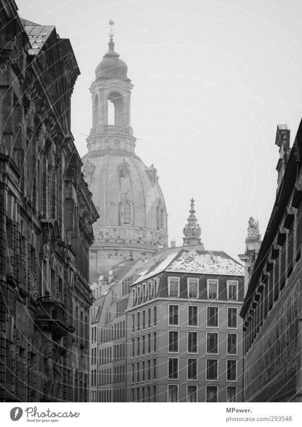 grande dame II Himmel alt weiß Winter schwarz Haus Schnee Religion & Glaube grau Schneefall Nebel Kirche trist Dach Spitze Engel